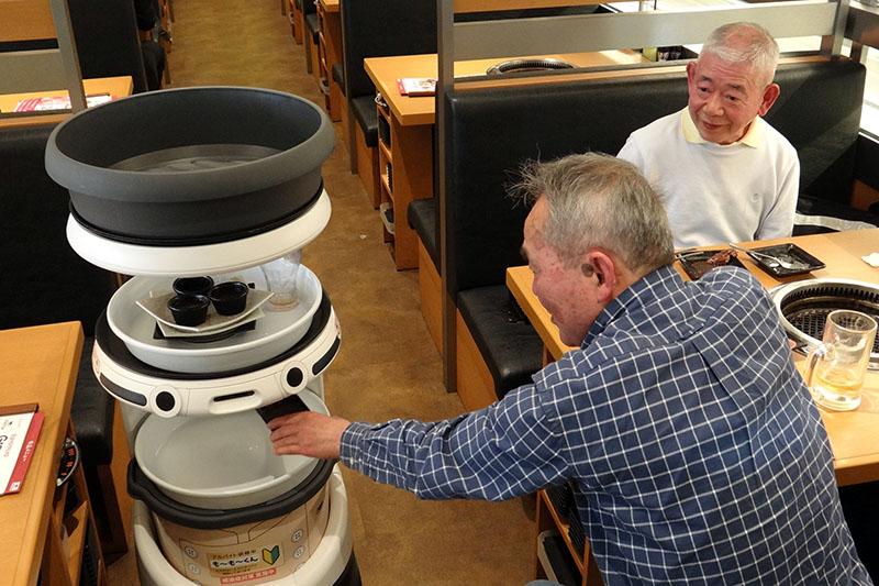 ワタミ運営の焼肉屋で配膳ロボットが大活躍!「なしでは現場が回らない」