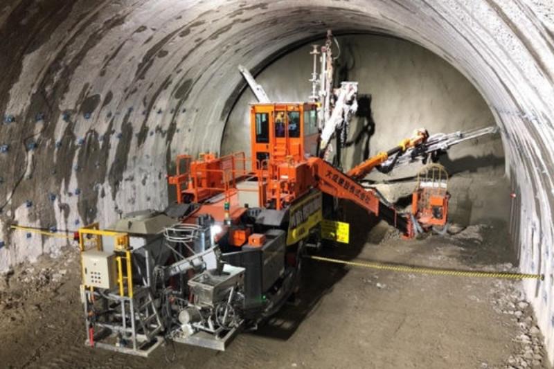 山岳トンネル工事に強い味方、大成建設が遠隔操作できる「ロックボルト打設機」