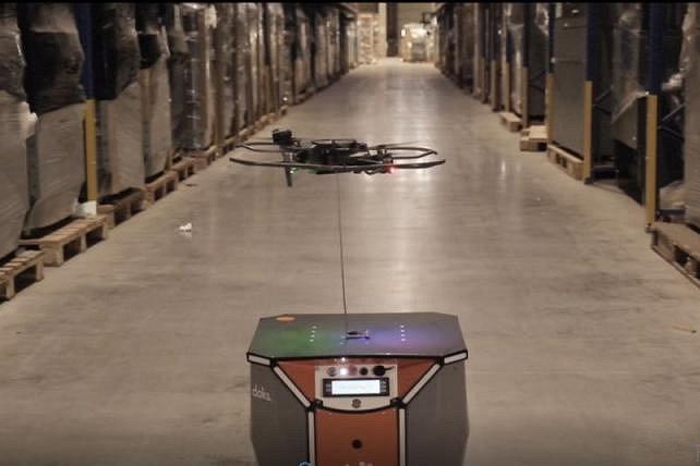 バッテリー駆動のAGVから電力もらい長持ち!有線ドローンが在庫を管理する