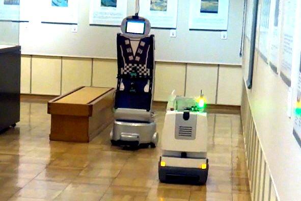 臨機応変に進路を譲り合う。東芝が開発した複数移動ロボの連携システムがスゴイ