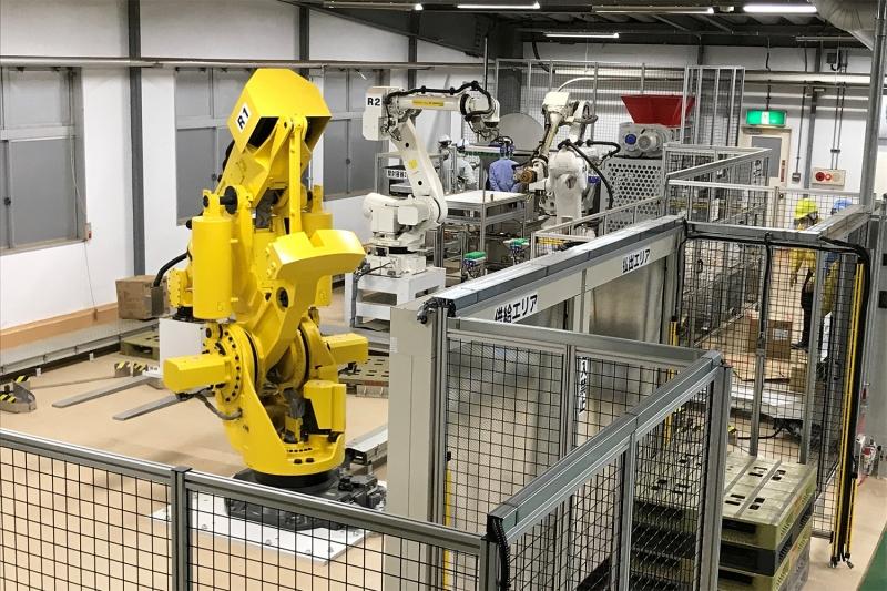 ファナックと共同開発、キリンが稼働させる「茶葉自動投入ロボ」とは?
