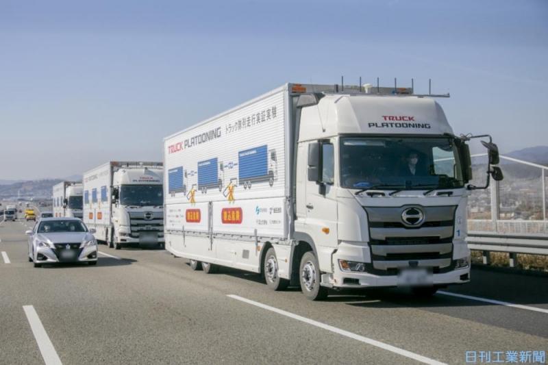 【動画】高速道路で「無人トラック走行」実証!3台の大型トラックが時速80キロで