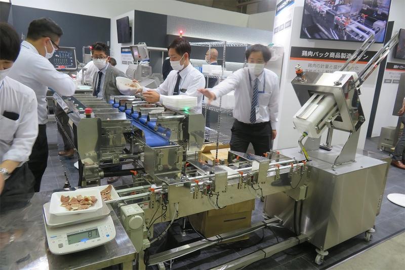 """食材""""ピタリ""""定量をパック詰め、作業省力化システムがスゴイ"""